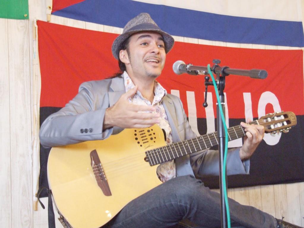 キューバ音楽の魅力を歌声と一本のギターで伝える