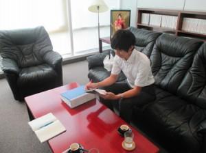 在日本大使館にて、草の根無償支援協力の担当者の杉本さんと面談