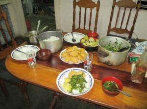 下宿先の上川さん宅の食事、真ん中はカマボコです。
