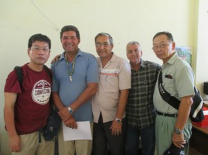 島の大学の先生と、VISA等の確認、4月26日に会議を決定 写真:左端…菊田さん、左2番目…青年の島大学のヘススさん、右端…日系2世のミヤザワ・ノボルさん