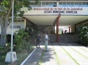 青年の島「ヘスス・モンタネ・オロペサ」大学の正門前、宮沢さんと上河さん