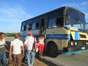 シロレドンドーヘロナ間を走っているバス、古くてすぐ故障する