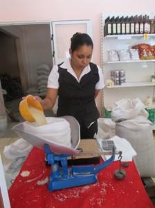ボデガで砂糖を購入、米価格は0.46kgで5人民ペソ(約20円)