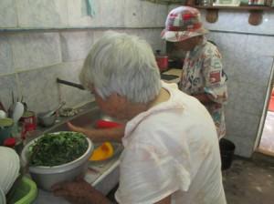 ヨシコさんの変わりにエドワルドの母さんが食事を作る