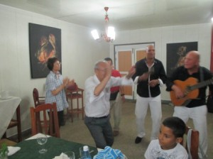 夕食会、バンド演奏で踊りが始まる