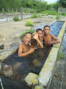 子ども達の水浴び風景、暑いのでこの遊びが大好きなようだ。