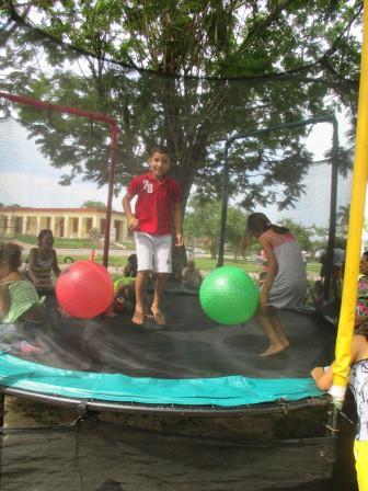 子ども達が遊具で遊ぶ風景2
