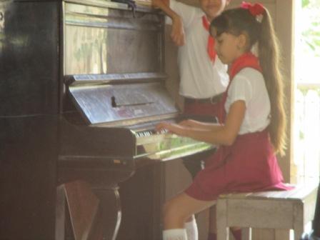 ヘロナの広場のそばの小学校、音楽学校かな