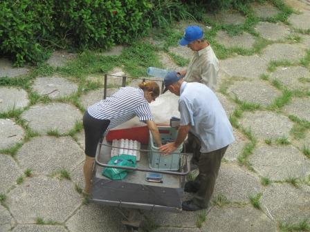ヘロナでは物売りが動いている写真