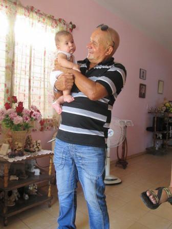 孫と一緒のエステバン