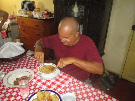 ナイフとホークでラーメンを食べるエステバン