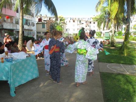 着物で踊るナンシー達、こどもの日の祭りにて