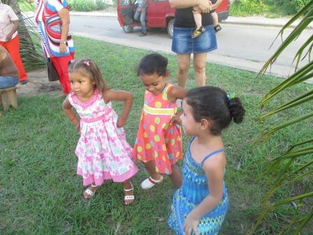 幼い子どもの踊る、踊る