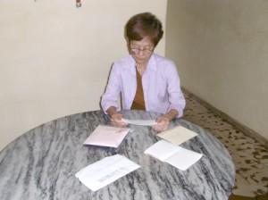 日系人2世のベニータさんが姪からの手紙等を読んでいる