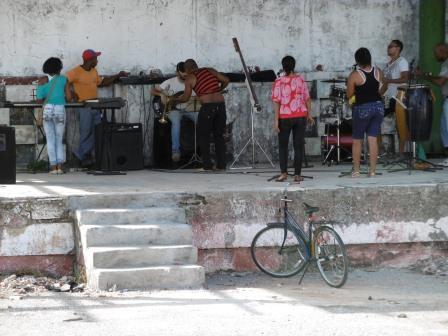 ノボルの家へ行く途中の広場でバンドが練習