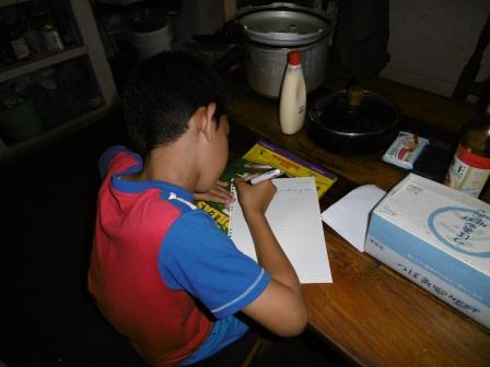 ケンジがヨシ子に手紙を書いている