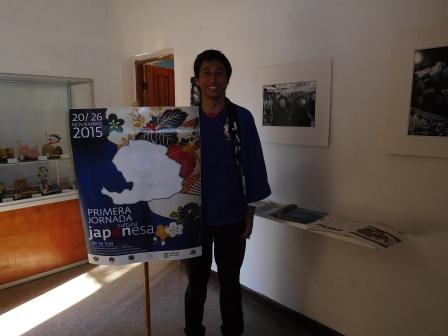 日本文化週間の展示品の前で日本大使館の伊藤さん、人集めに苦労していた