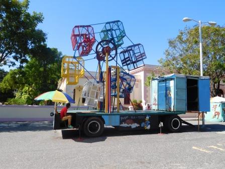 広場の公園の観覧車、1ペソで楽しめる