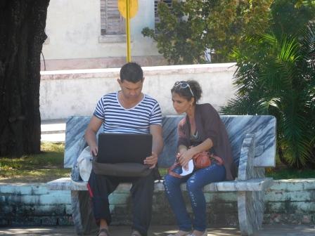 広場の500m以内はwi-fi利用可、PCやスマホを持った人達が夢中で楽しむ
